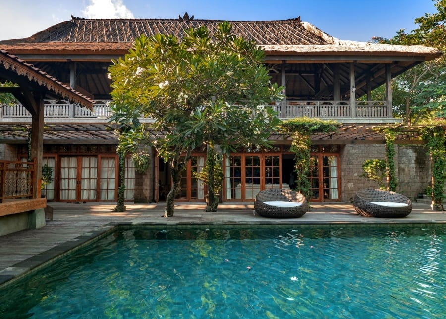Villa Kapungkur is a five-bedroom villa in Jimbaran that merges the magic of traditional decor with modern indulgences…